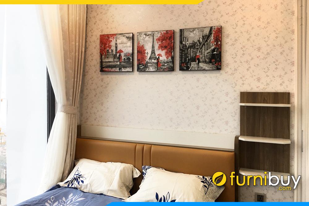 Phong ngu chung cu thich treo tranh canvas chau au doi tinh nhan