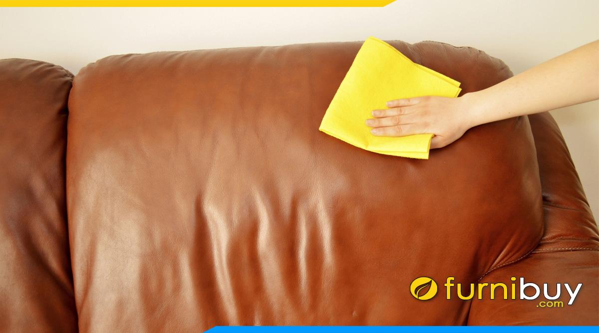 dung mieng vai men ve sinh sofa da