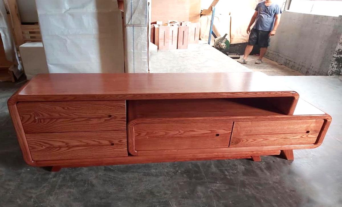 Hình ảnh Mẫu kệ tivi gỗ xoan đào đẹp giá rẻ rút 1 đầu
