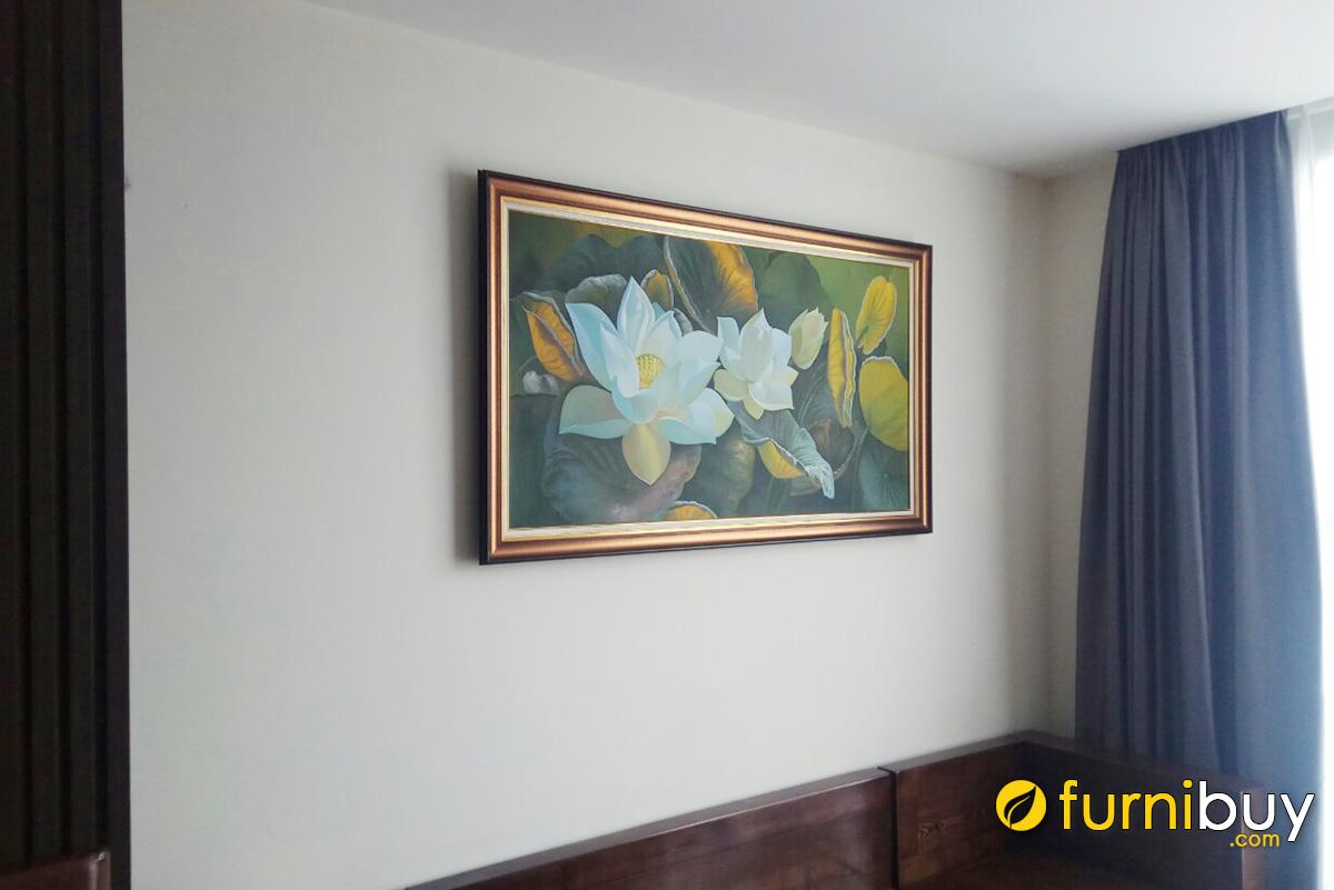 Hình ảnh Tranh sơn dầu hoa sen treo tường phòng khách chung cư sang trọng