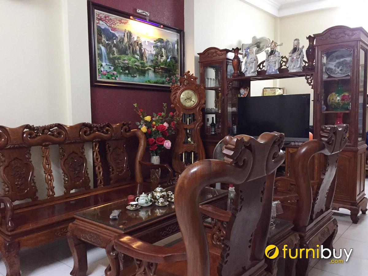 Hình ảnh Bức tranh sơn thủy treo hợp bàn ghế gỗ phòng khách