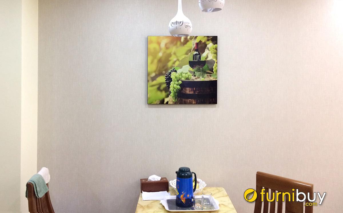 Hình ảnh Tranh ly rượu vang và chùm nho treo cạnh bàn ăn đẹp sang trọng