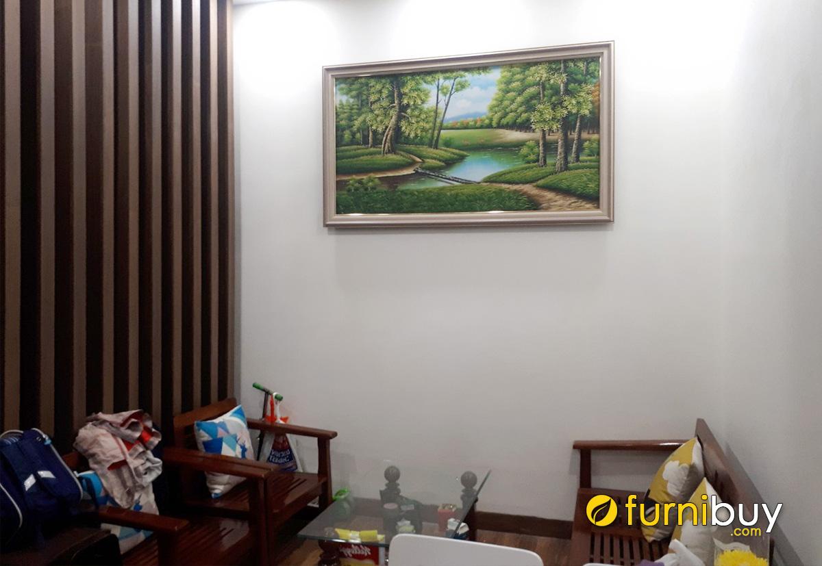 Hình ảnh Tranh phong cảnh hợp bàn ghế gỗ phòng khách
