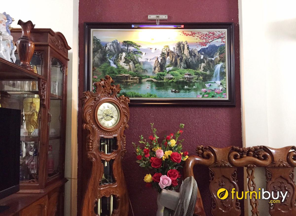 Hình ảnh Tranh sơn thủy hữu tình treo tường phòng khách hợp bàn ghế gỗ