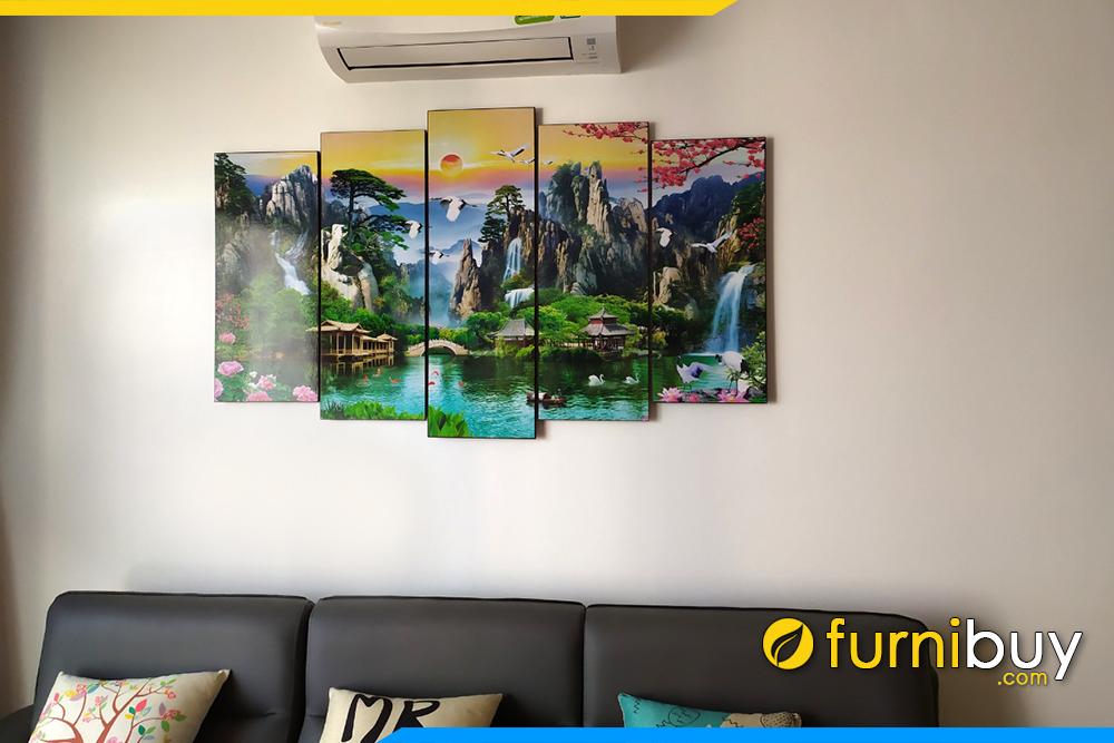 Phong khach chung cu hien dai treo tranh son thuy huu tinh y nghia