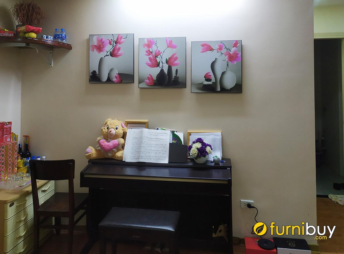 Hình ảnh Tranh bình hoa mộc lan treo tường phía trên đàn piano phòng khách