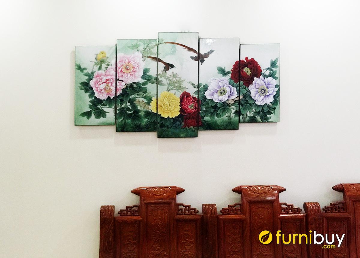 Hình ảnh Tranh mẫu đơn treo bộ bàn ghế gỗ phòng khách
