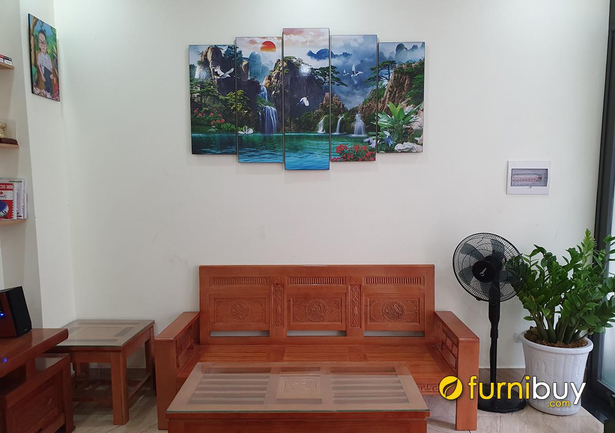 Hình ảnh Tranh sơn thủy hữu tình treo phía trên bộ bàn ghế gỗ phòng khách