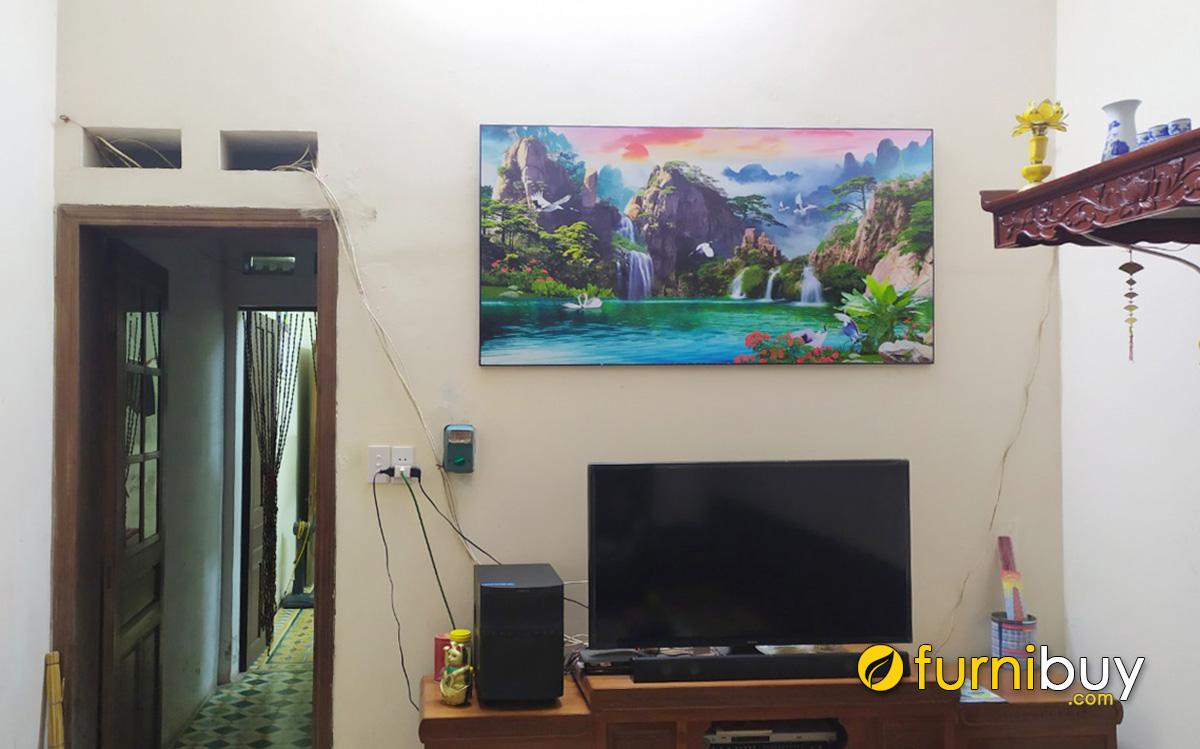 Hình ảnh Tranh sơn thủy hữu tình treo phía trên tivi phòng khách