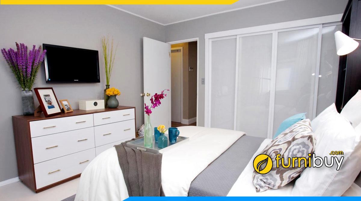 Bài trí kệ tivi phòng ngủ bằng bình hoa đẹp