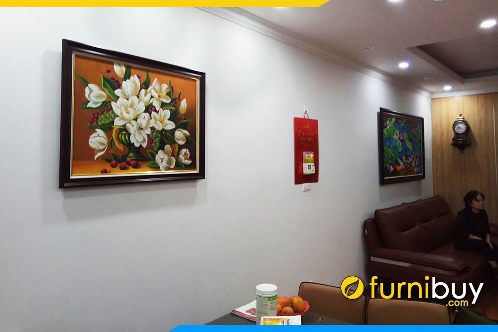 Phong khach lien phong an treo tranh son dau hoa va ca chep