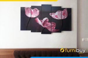 Mau tranh buong ngu khach san don gian ma dep hoa tulip tim