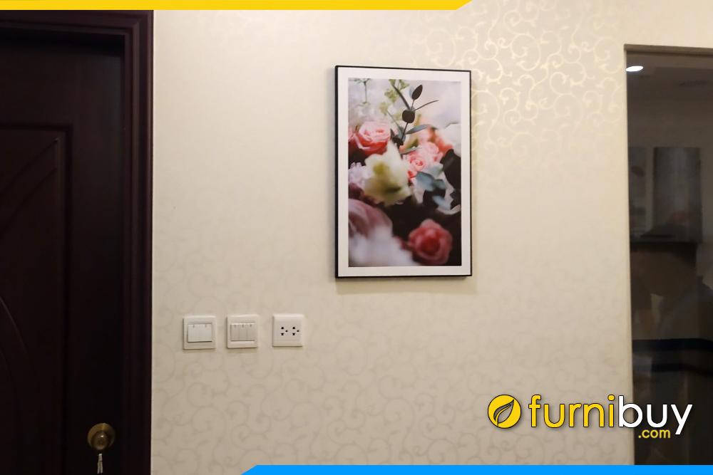 Chung cu treo tranh canvas hoa hong giua 2 buong ngu